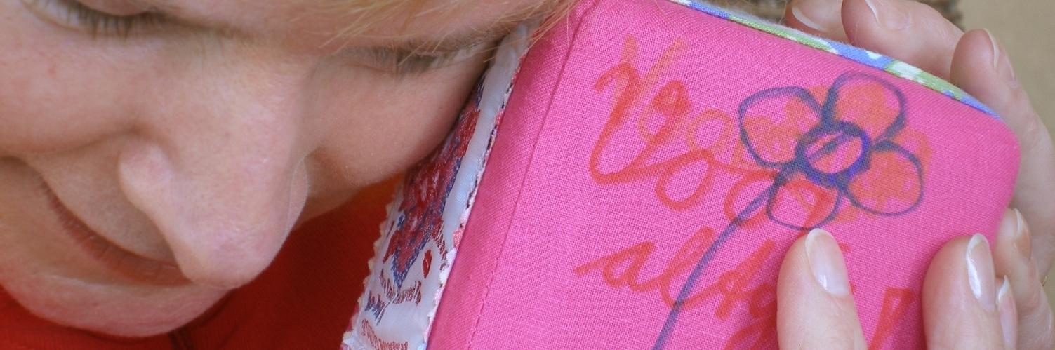 Ter herinnering kubus van textiel, Keepingtouch, in contact blijven met mooie momenten.