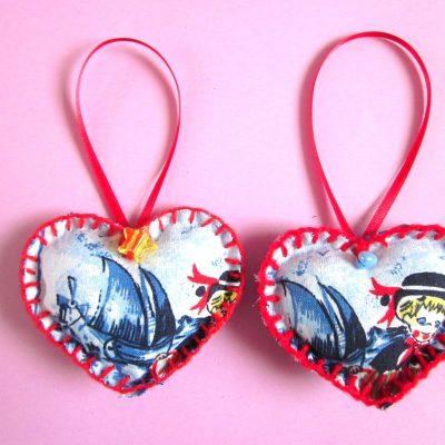 Wenshartje duo Folklore in combinatie met rood garen en lint, kraaltje aan de buitenkant voor de wens. positieve boodschap, handgemaakt, persoonlijk cadeau, wensen, hart onder de riem, lief zijn voor elkaar, cadeautje, glimlach