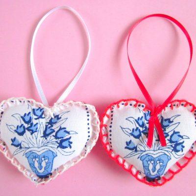 Wenshartje duo bloem delfstblauw, katoen met print delfts blauw vaas met bloemen, in combinatie met rood en wit garen/lint. positieve boodschap, handgemaakt, persoonlijk cadeau, wensen, hart onder de riem, lief zijn voor elkaar, cadeautje, glimlach