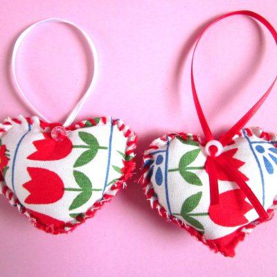 Wenshartje duo tulp, katoen folklore in combinatie met rood garen. positieve boodschap, handgemaakt, persoonlijk cadeau, wensen, hart onder de riem, lief zijn voor elkaar, cadeautje, glimlach