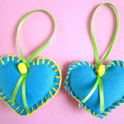 Wenshartje duo voorjaar, turquoise katoen in combinatie met groen met witte stip en geel garen. positieve boodschap, handgemaakt, persoonlijk cadeau, wensen, hart onder de riem, lief zijn voor elkaar, cadeautje, glimlach